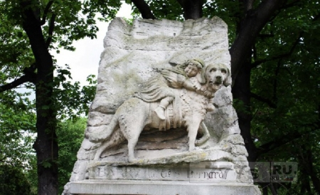 Памятник собаке.