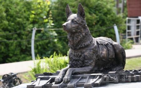 Памятник собакам.