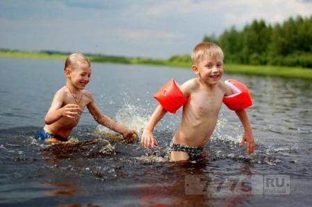 С ребенком на водоеме.