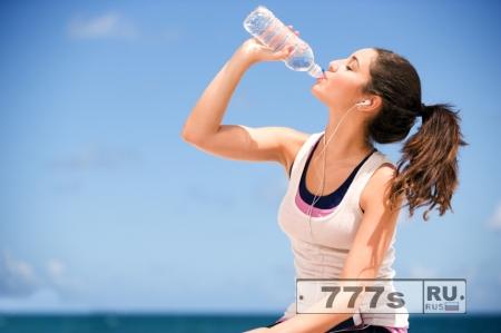 Какая вода полезней в жару – газированная или обычная?