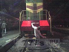 На видео мужчина чуть не попал под поезд