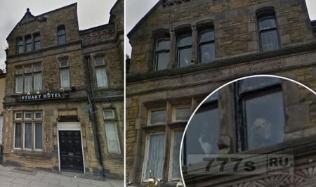 Гугл случайно сфоткал призрака в окне