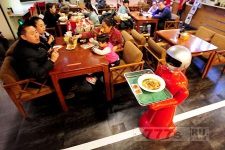 Робот подает еду в ресторане Шэньяна
