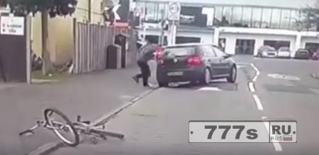 Велосипедист разбивает окно автомобиля, который сбил его