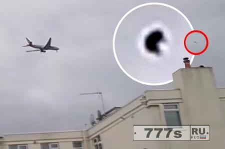 U-образное НЛО летало рядом с самолетом в аэропорту Хитроу