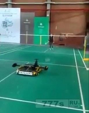Умный робот играет с человеком в бадминтон на китайском турнире