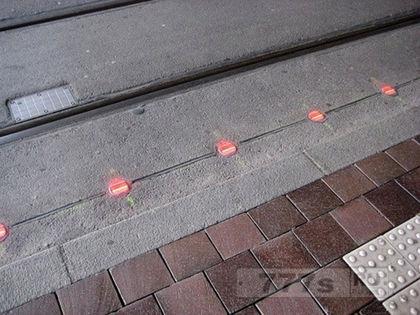 Немецкий город установил светофоры в тротуаре для пешеходов любителей СМС