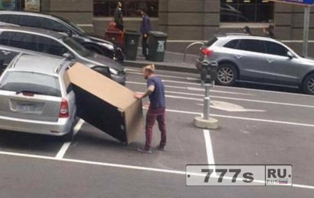 Упрямый «хипстер» засовывает диван в маленькую машину