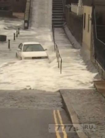 Тупой автомобилист рискует жизнью, чтобы проехать через штормовые волны