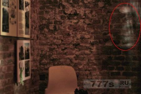 Таинственная призрачная фигура замечена в загородном доме поздно ночью