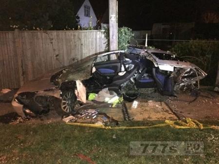 Водитель умудрился разбить машину на две части и уйти целыми и невредимыми