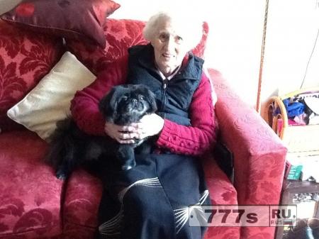 Собаку наградили за героизм после попытки сломать дверь, чтобы помочь пенсионерке