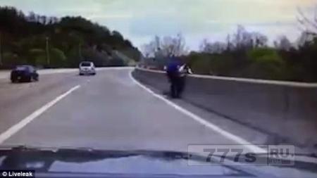 Герой полицейский спасает жизнь самоубийце, который хотел спрыгнуть с 20м моста