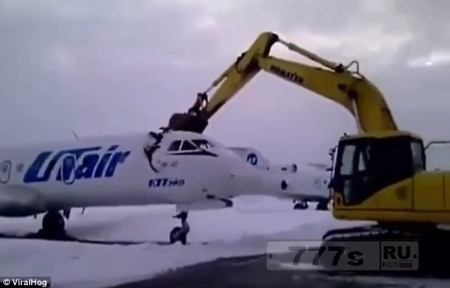 Ура! Реактивный российский самолет ломают на металлолом