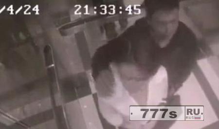 Извращенец пытается лапать женщину в лифте, и получает