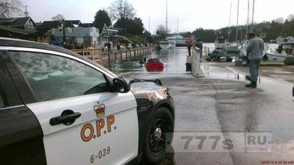 Женщина ехала по GPS навигатору и заехала в озеро Онтарио
