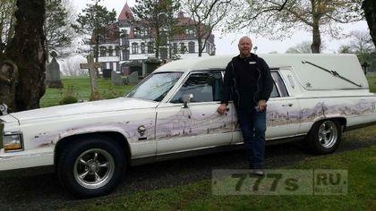 Коллекционер автомобилей напугал катафалком пожилых соседей
