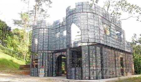 Деревня из пластиковых бутылок строится в Панаме