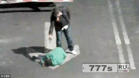 Мужчина с другом выследили и застрелили человека, который оскорбил его жену и дочь
