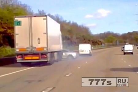 Кадры страшного момента, грузовик подминает легковой автомобиль
