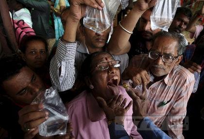 Толпы людей ели живых сардин с травяной пастой для лечения астмы
