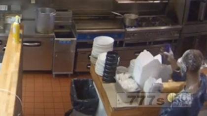 Человек пробирается в закрытый ресторан, чтобы обсыпать себя сахарной пудрой
