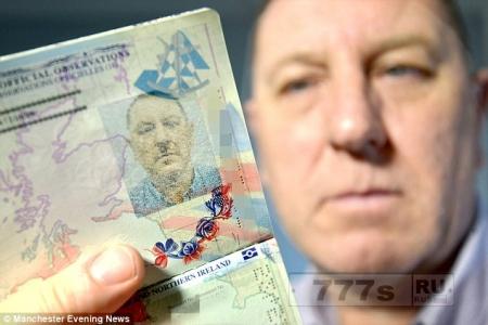 Мужчина растерян, он получил новый паспорт, но на фотографии он похож на Гитлера