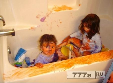 Дети, 4 и 6 лет остались дома одни, в то время как родители уехали за границу