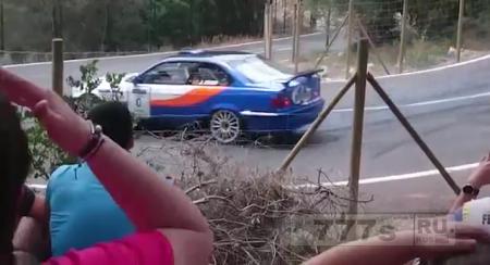 Раллийный автомобиль врезался в зрителей, двое в критичком состоянии
