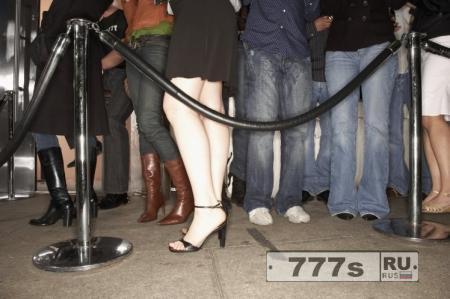 Женщина попыталась оговорить вышибалу в ночном клубе