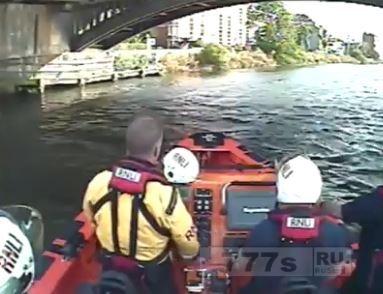 Спасатели на катере спасали мужчин, которые прыгнули в Темзу голыми