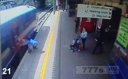 Поезд протащил женщину 18 метров, у нее зацепилась рука