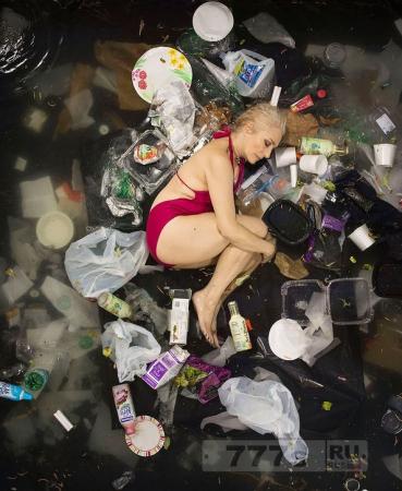 История фото: люди в мусоре