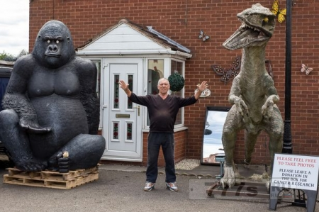 Пенсионер украсил свой пригородный дом 3-метровым динозавром и парой горилл