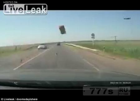 Страшные кадры регистратора показывают, как кирпич влетает в лобовое стекло автомобиля