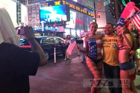 Топлес женщина нападает на туристов на Таймс сквер из-за малых чаевых