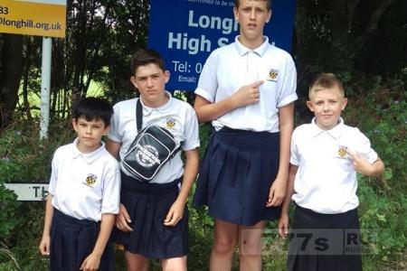 Мальчики ходят в школу в одежде девочек, протестуя против запрета шорт в жару