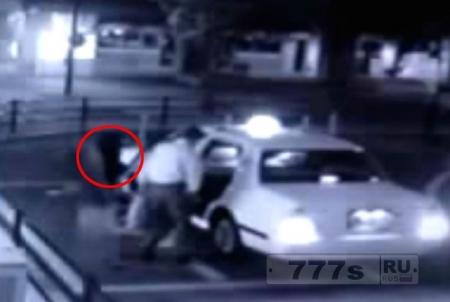 Вызывающее озноб видео, где дух женщины садится в такси вместе с мужчиной