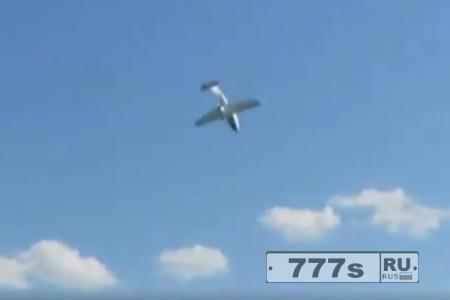 Шокирующий момент самолет врезается в дом