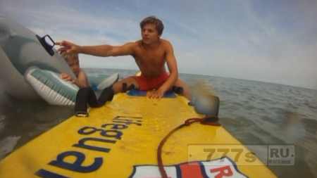 Маленькому мальчику повезло остаться живым, когда его отнесло в море на надувном дельфине