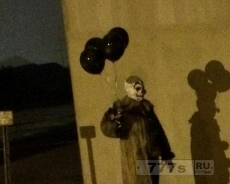Мистический клоун с черными воздушными шарами был замечен бродящим по улицам города