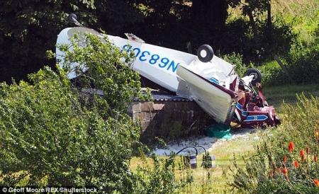 Легкий самолет перевернулся и совершил аварийную посадку вверх колесами