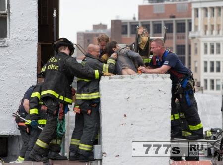 Парень пошел покурить на крышу, его там заперли, он решил спуститься по дымоходу