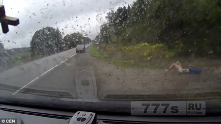 Три пассажира вылетают из Лады при столкновении с грузовиком … и все живы