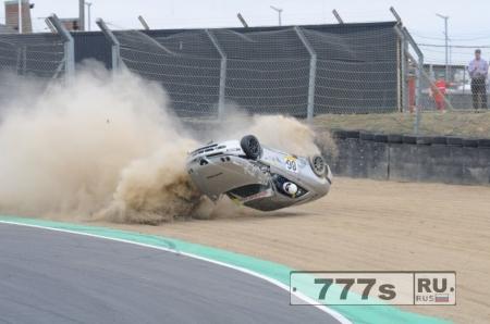 Невероятная фотография, машина делает «бочку», а голова автогонщика торчит из окна