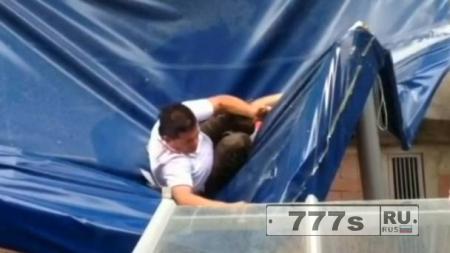 Пьяный человек упал с балкона 11 этажа в Колумбии и выжил