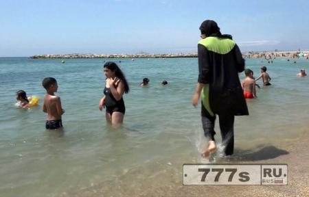 Первые мусульманки Франции были оштрафованы за ношение буркини на пляже