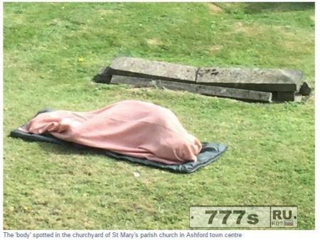 Народ был в шоке, увидев тело на земле кладбища, а оно махнуло им рукой