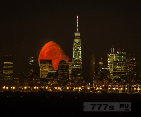 Восход кровавой луны над новым Всемирный торговым центром