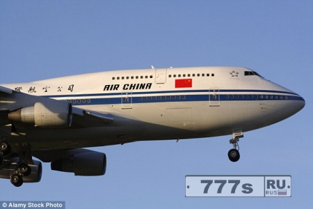 Китайский пассажир пытался открыть запасную дверь самолета, чтобы убить себя